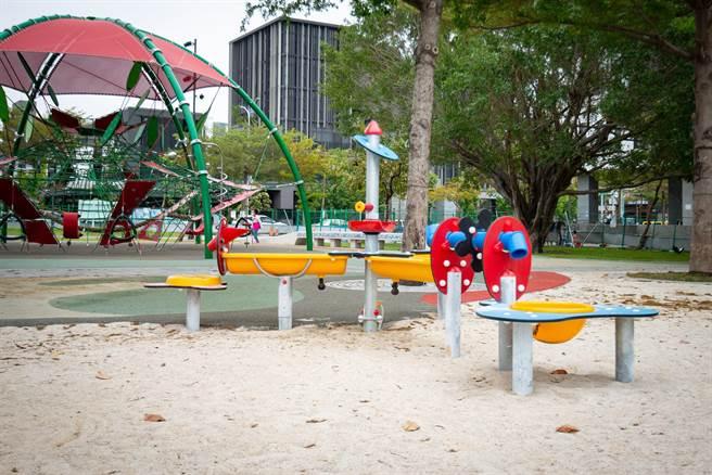 共融式遊戲場為確保所有兒童的遊戲權,公園內設置沙坑區玩沙桌並引進輪椅盪鞦韆。(台中市府提供/盧金足台中傳真)