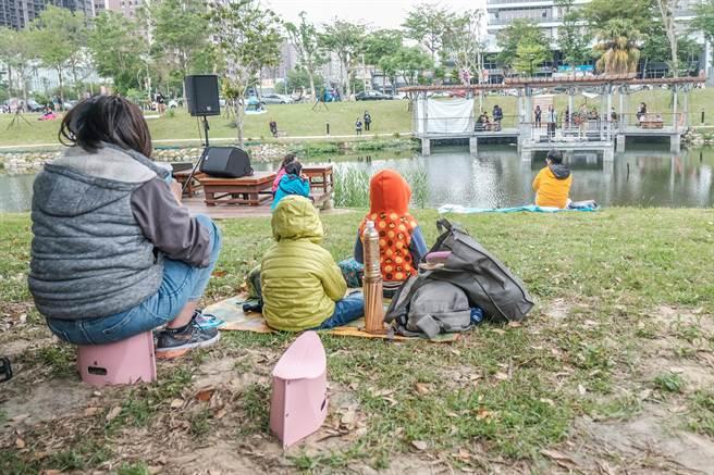 吳濁流文藝營嘉年華,吸引很多家長帶著野餐墊,與孩子共同席地而坐,邊畫畫邊欣賞音樂。(羅浚濱攝)
