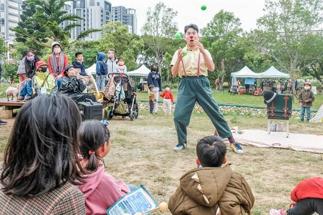 吳濁流文藝營嘉年華,Mr.Yes小丑劇團表演,歡笑聲不絕。(羅浚濱攝)