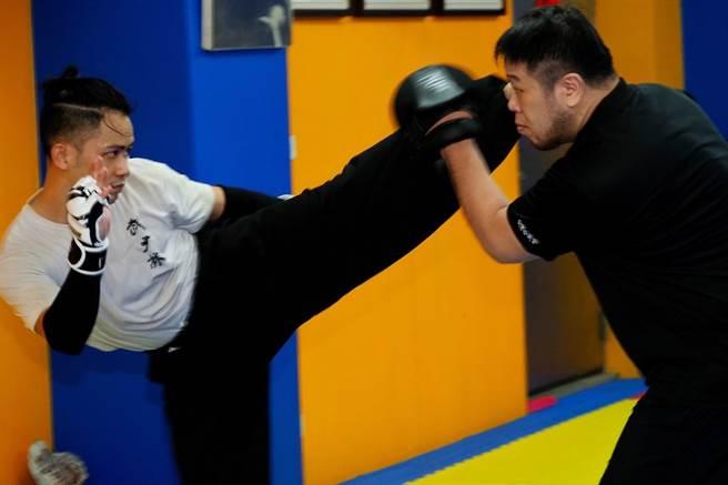 李淳練習少林武術,表示練武重在持之以恆。(興揚電影提供)