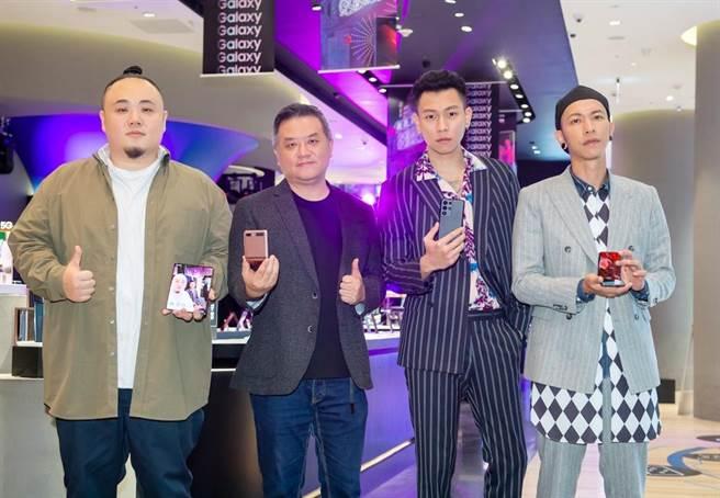 台灣三星行動與資訊事業部副總經理陳啟蒙(左二)與頑童MJ116合影。(三星提供)