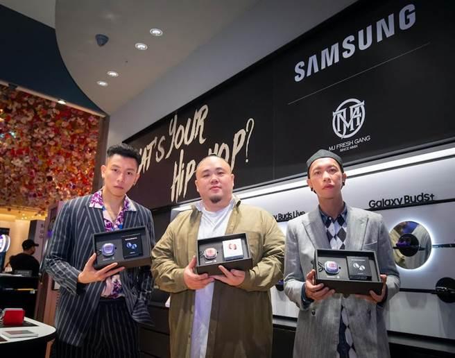 三星聯手嘻哈天團頑童MJ116推出了限量Samsung   MJF聯名限定耳機套組,Galaxy Buds Pro,6990元、Galaxy Buds Live,5990元。(三星提供)