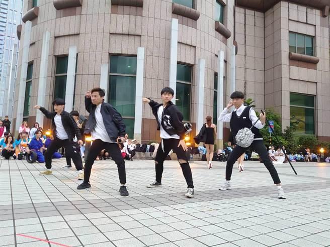 新北市教育局9日傍晚在板橋車站舉辦創意舞蹈快閃活動,宣傳「2021新北市高級中等學校教育博覽會Online」開展。(教育局提供)