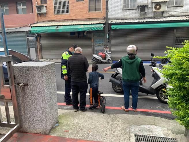 警方助尋回金孫。(翻攝照片/蔡依珍桃園傳真)
