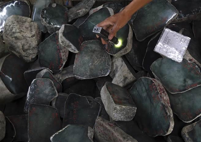 美國制裁現破口,緬甸軍方拍賣玉石,上億資金納囊中。(圖/美聯社)