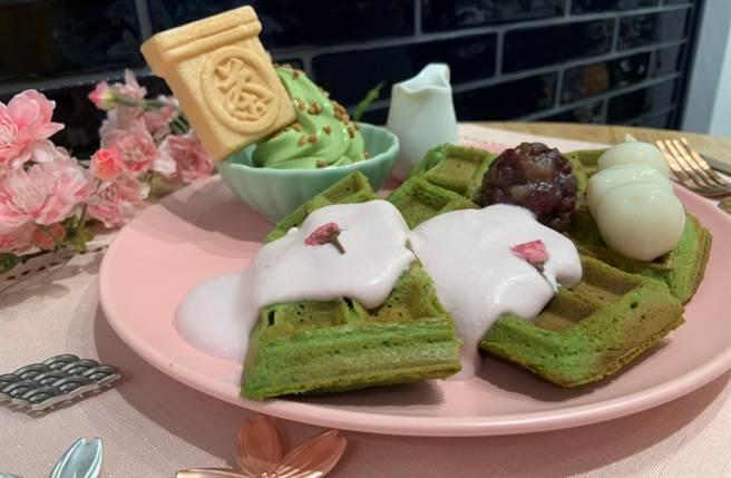 大份量抹茶鬆餅搭配季節感十足的櫻花奶霜淋醬,還可以依照喜好添加抹茶霜淇淋或黑糖蜜。(圖/楊婕安攝)