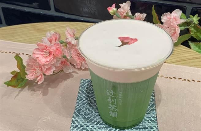 飲品方面也推薦前年春季限定商品的復刻版「春櫻奶蓋輕抹茶」,以鹹甜風味襯托出現刷抹茶的迷人香氣。(圖/楊婕安攝)
