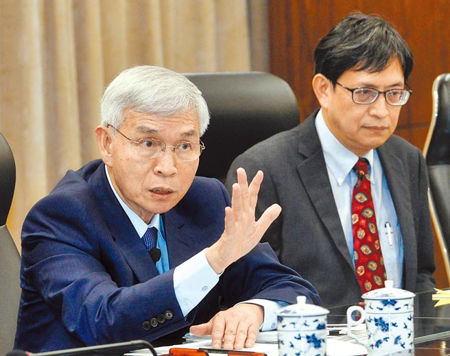 央行副總裁陳南光(右)為新書「致富的特權」寫序助陣,被視為總裁卡位戰提前開打。左為央行總裁楊金龍。(本報資料照片)