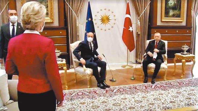 土耳其總統艾爾多安6日會晤到訪的歐洲理事會主席米歇爾和歐盟執委會主席馮德萊恩,會議廳只擺兩把椅子,兩位大男人坐下後,馮德萊恩只能尷尬地「呃」一聲,不知該坐哪。(路透)