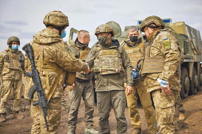 烏克蘭和俄羅斯邊界緊張情勢升高,戰雲密布,烏國總統澤倫斯基(中)8日前往前線視察。(美聯社)