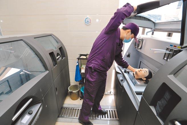 西安市殯儀館的3D列印技術,讓逝者損壞的容顏可重建,相似度可達9成。(中新社)