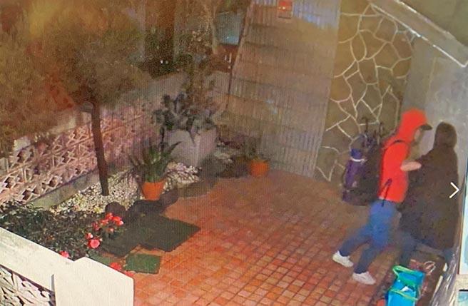 監視器拍下蔡女(左)潛入林凡住家庭院,和林凡發生衝突。(翻攝照片/葉書宏新北傳真)