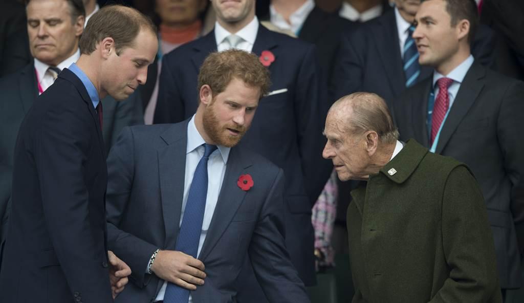 英國菲立普親王(Prince Philip,右)生前十分疼愛小孫子哈利(中),而1年多沒和弟弟見面的威廉(左)4月17日可望和哈利在喪禮中同框。(達志圖庫/TGP)