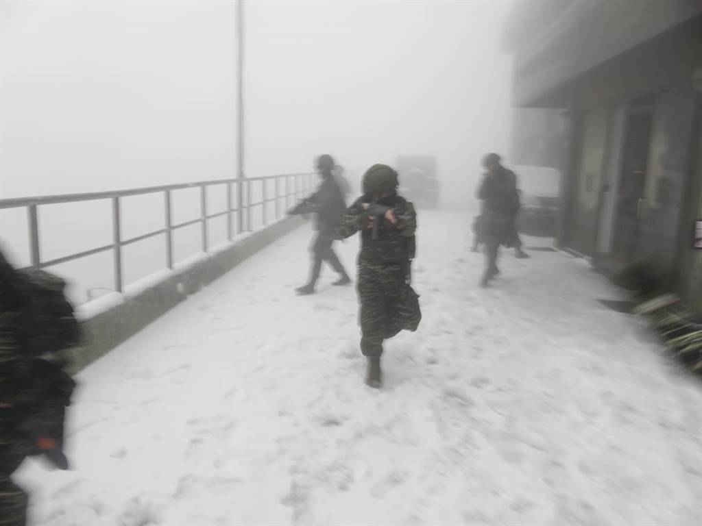 海軍海洋監偵指揮部雷達站也有明顯降雪。海軍官兵在極凍雪地持槍操練的畫面曝光。(海軍提供)