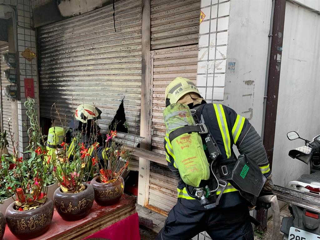 大溪一處民宅起火,一名男子送醫後不治。(桃市消防局提供/邱立雅桃園傳真)