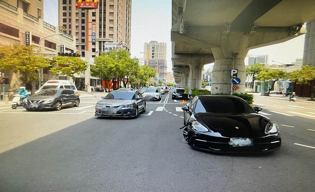 台中市南屯區10日上午發生一起自小客車連切三個車道,撞上一輛車價500多萬的保時捷。(民眾提供/盧金足台中傳真)