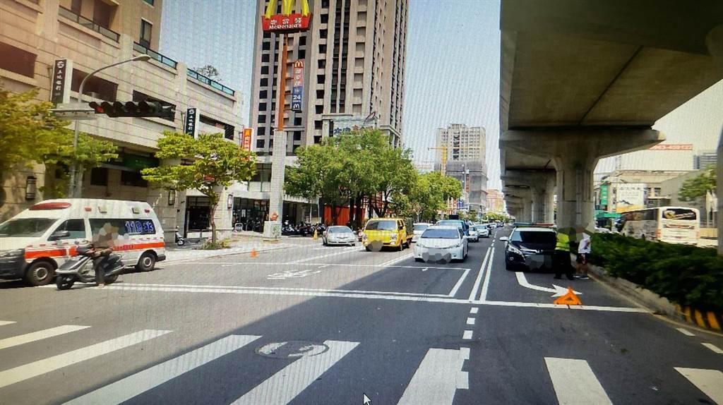 網友對自小客連切三個車道,碰撞直行的黑色保時捷,紛表示「好有勇氣,一次連三切,這下賠大了!」。(民眾提供/盧金足台中傳真)