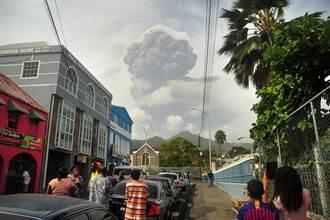 聖文森火山爆發 煙塵硫磺味瀰漫成灰白世界
