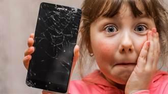 學生考前狂玩手機 校方逼集體砸爛 網友一看全傻眼