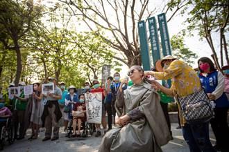 落髮抗議 居民批高雄輕軌佔據美術館人行道