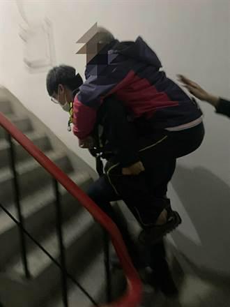 腳麻走不了 桃園暖警揹6旬翁爬5樓老公寓助返家