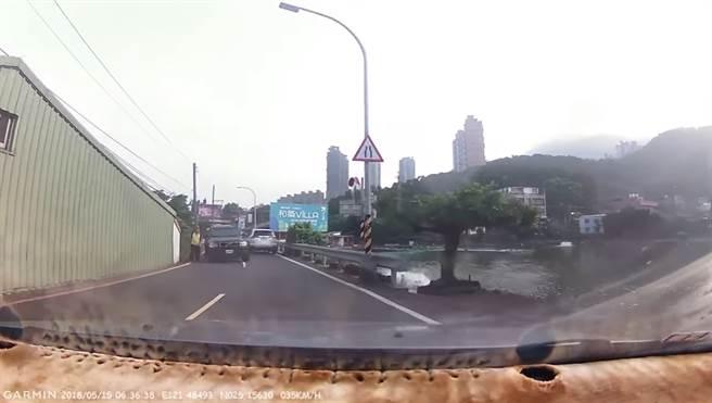 VOLVO為了閃避走在路旁的老伯,遭到後方車輛追撞,畫面相當驚險。(圖/影片截圖)