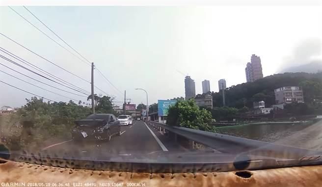 VOLVO車尾似乎沒事,但網友看到追撞的Lancer車頭時忍不住笑出來。(圖/影片截圖)