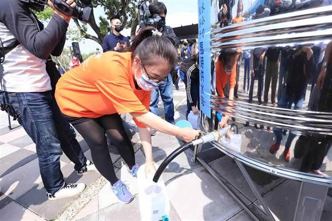 全台水情亮紅燈,台中市自4月6日起實施供五停二限水措施,豐邑機構發起省水比賽。(馮惠宜攝)