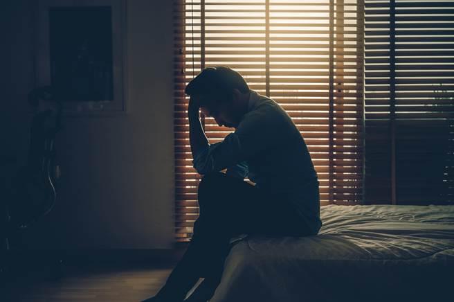 1名女網友的母親日前過世,她卻驚見父親近日購買的成藥清單中,竟多出了「威而鋼」項目相當氣憤。(示意圖/Shutterstock提供)