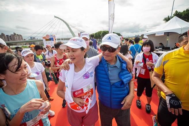 台新金控董事長吳東亮迎接祝賀成功征服21K的彭雪芬。(圖/主辦單位)