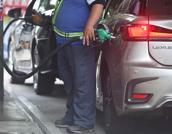 油價趨緩,汽油調降0.3元、柴油調漲0.1元。(報系資料照)