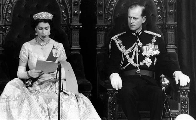 英國菲立普親王(Prince Philip)與女王伊麗莎白二世牽手超過70年。圖為1957年10月14日,女王在加拿大國會發表演說時,親王認真聆聽的畫面。(資料照/TPG、達志影像)
