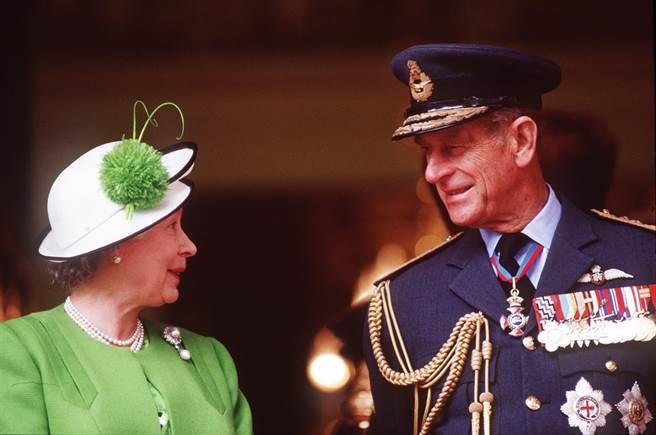 英國菲立普親王(Prince Philip)與女王伊麗莎白二世牽手超過70年。圖為1991年6月兩人觀看遊行期間說話的畫面。(資料照/TPG、達志影像)