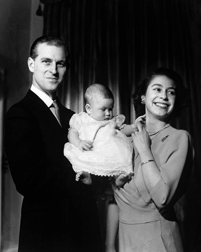 英國菲立普親王(Prince Philip)與女王伊麗莎白二世牽手超過70年。圖為1949年4月26日兩人抱著6個月大的查爾斯王子的畫面。(資料照/TPG、達志影像)