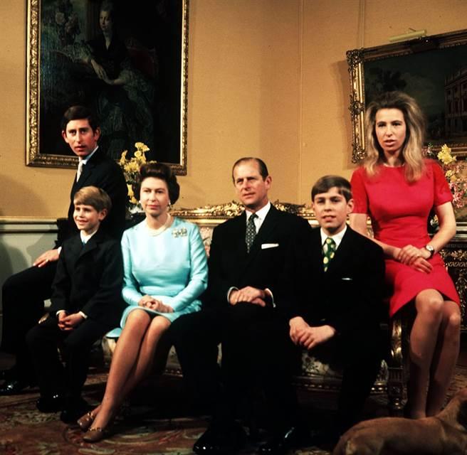 英國菲立普親王(Prince Philip)與女王伊麗莎白二世牽手超過70年。圖為1972年11月20日菲立普親王全家合照,左起依序為查爾斯王子、愛德華王子、女王、菲立普親王、安德魯王子、安妮長公主。(資料照/TPG、達志影像)
