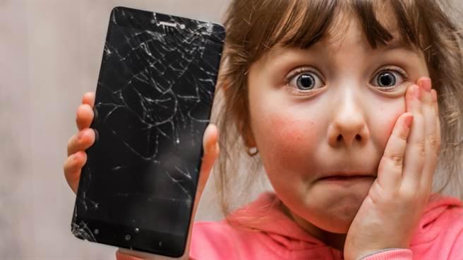 大陸河南省一所國中,近日舉行「砸手機」活動引發熱議。圖片為示意圖非本人。(圖/shutterstock)