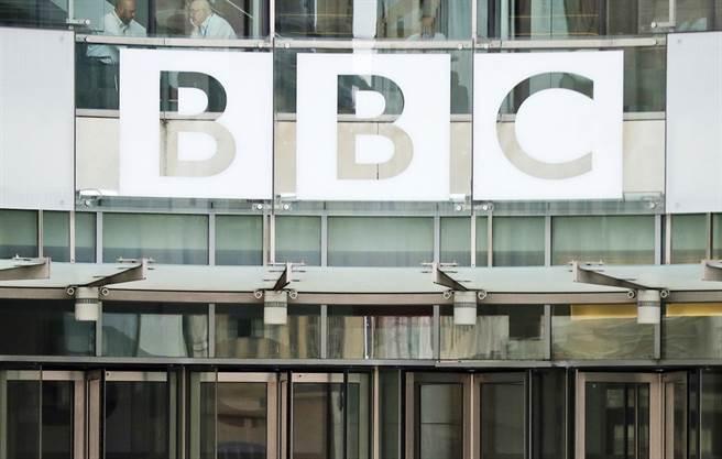 英國廣播公司(BBC)等各大英國電視台大篇幅報導菲立普親王辭世消息,不過也因為篇幅太大,加上中斷原本黃金時段節目,引發民眾反彈,導致BBC當晚收視率腰斬。(資料照/美聯社)
