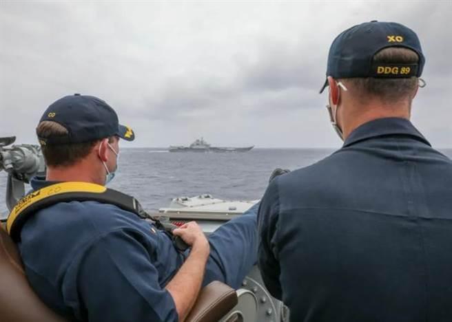 美國海軍發佈照片稱:中國航母遼寧艦和美艦近距離碰面。照片裡的兩名美軍軍官是「馬斯廷」號驅逐艦的指揮官羅伯特·布里格斯中校與理查德·斯萊中校。(美國海軍官網)