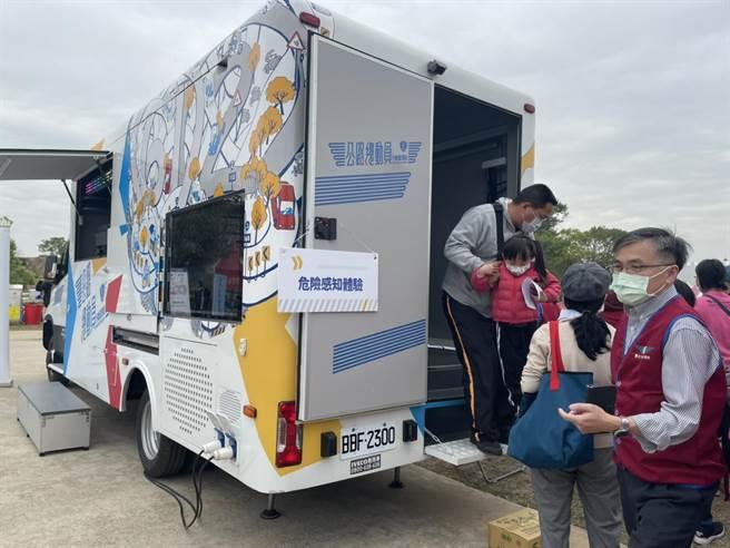 金門監理站的數位行動監理車也開抵現場,巡迴宣導交通安全。(金寧鄉公所提供)