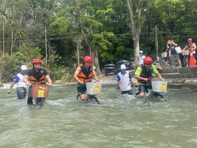 六堆運動會首度舉辦「漂漂河」比賽,真功夫水上漂活動,吸引不少民眾參加水中騎乘腳踏車競賽。(林雅惠攝)