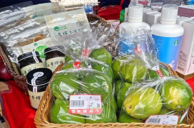 九如鄉農會研發多種檸檬加工品,包括檸檬乾、檸檬潤喉枇杷膏、蜂蜜檸檬酒、純檸檬磚、檸檬葡萄糖胺液、青檸果酢、檸檬黑糖膏等。(潘建志攝)