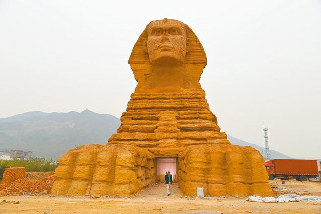 河北石家庄的山寨人面狮身像,引起争议后已于2016年拆除。(摘自万县网)