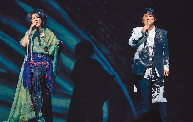 周華健(右)昨和齊豫天籟美聲合唱,兩人默契十足,令全場陶醉。(粘耿豪攝)