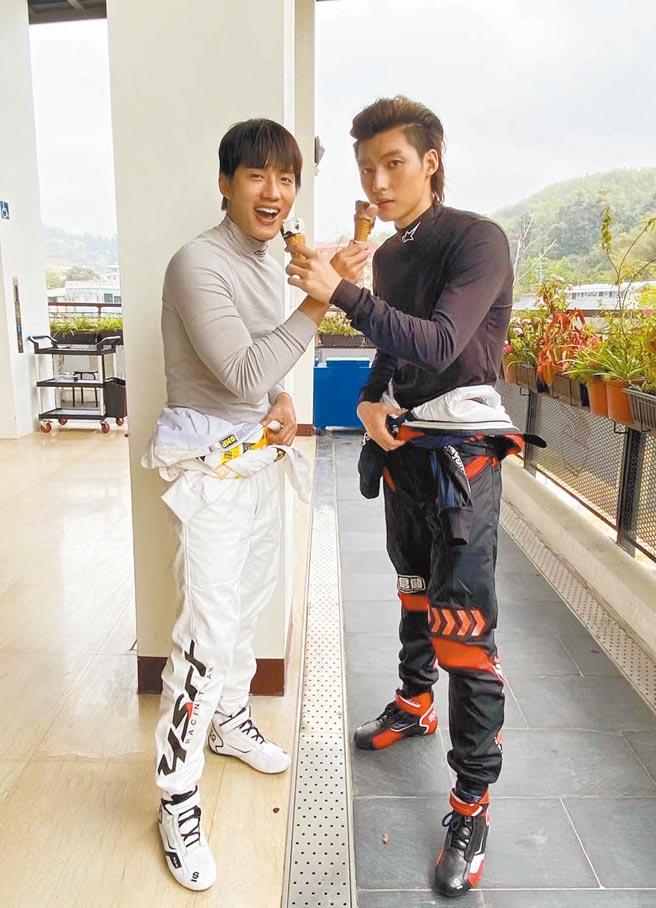 陳澤耀(左)和劉育仁戲裡劍拔弩張,戲外建立起哥兒們的好感情。(新世紀南向公司提供)