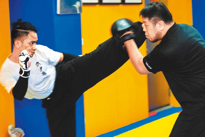 李淳練習少林武術,表示練武最重要在持續不間斷。(興揚電影提供)