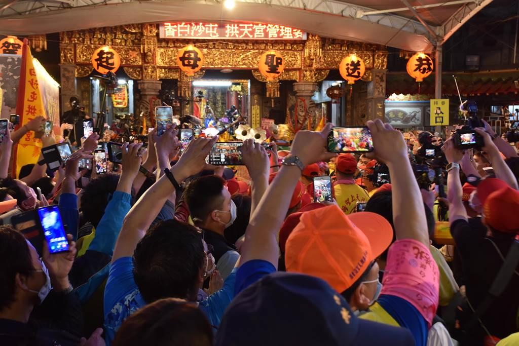 通宵拱天宮媽祖北港進香遶境活動,11日深夜熱鬧登場,拱天宮前道路信眾萬頭鑽動。(謝明俊攝)