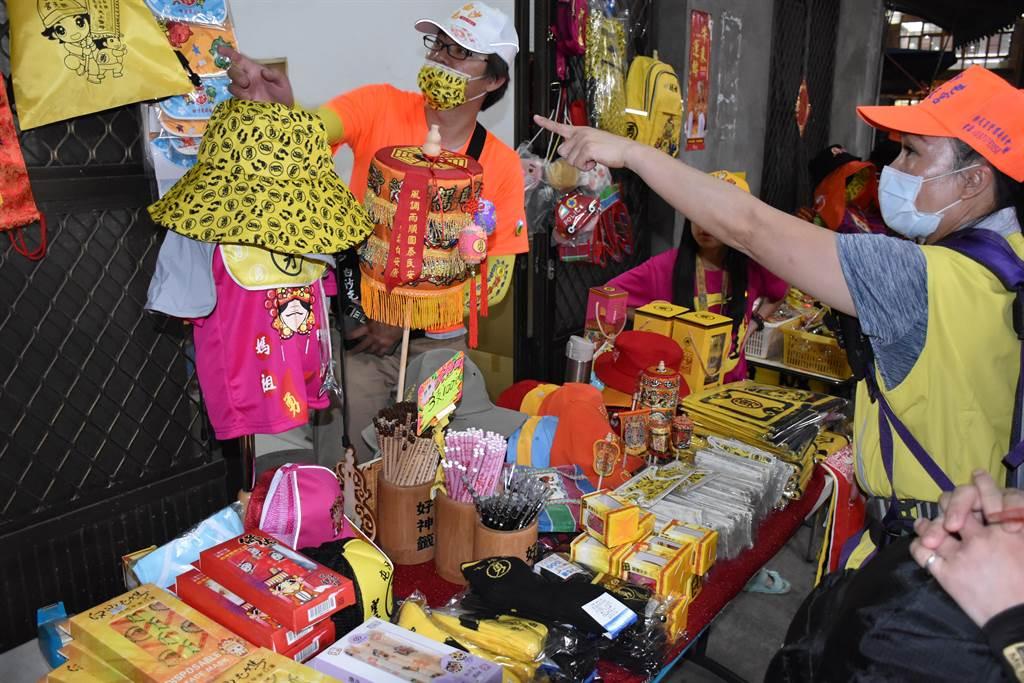 拱天宮周邊住戶擺攤兜售各類媽祖小物。(謝明俊攝)