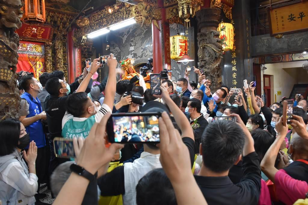 媽祖聖像由副總統賴清德等人傳接登轎。(謝明俊攝)
