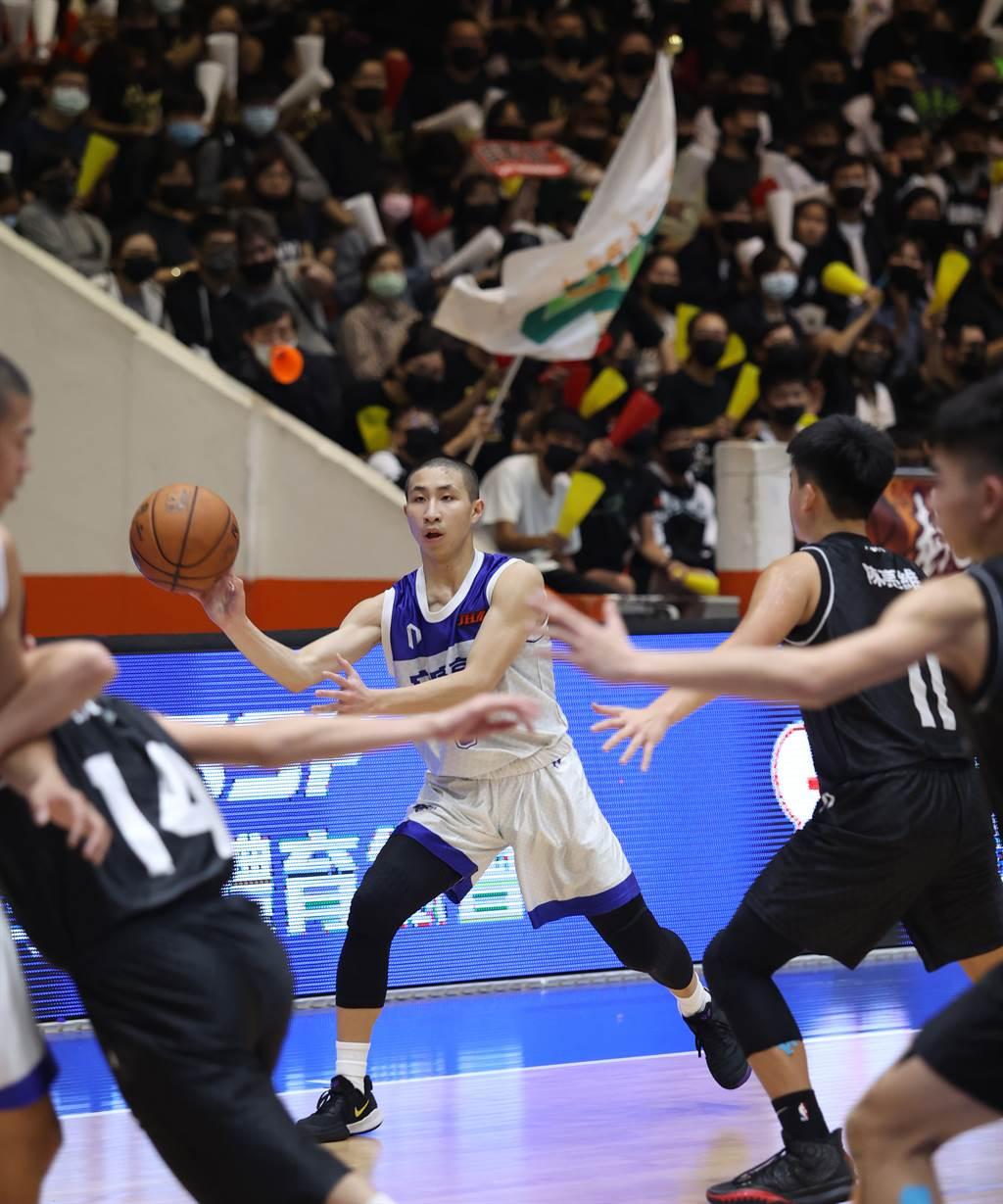 109學年JHBL國中籃球聯賽冠軍賽MVP安康國中王翊仲(中)絕妙傳球。(高中體總提供)
