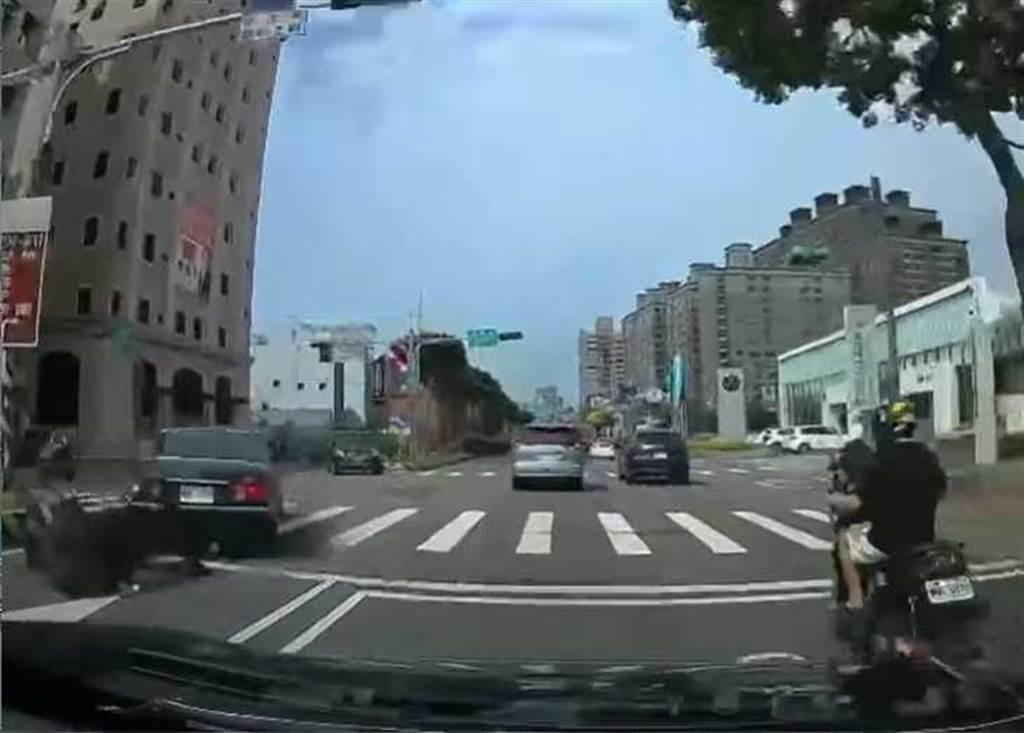 (圖/翻攝「八卦村 - 行車紀錄器影片上傳中心」)